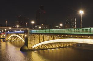 夜景 隅田川 関東大震災復興事業の蔵前橋の写真素材 [FYI04944768]