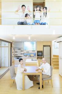 住宅の1Fと2Fに並ぶ3世代ファミリーの写真素材 [FYI04944837]