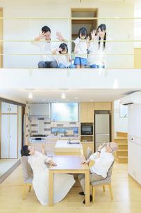 住宅の1Fと2Fに並ぶ3世代ファミリーの写真素材 [FYI04944839]