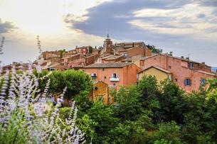 南フランス、プロヴァンス地方のピンクの村ルシヨンの写真素材 [FYI04944947]