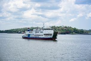 カプアス川を渡るフェリーの写真素材 [FYI04945476]