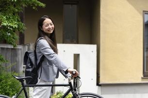 笑顔で振り向く女性・自転車の通勤イメージの写真素材 [FYI04945756]