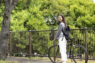 笑顔で振り向く女性・自転車の通勤イメージの写真素材 [FYI04945760]