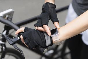 手元のスマートウォッチを操作する女性・ボティパーツの写真素材 [FYI04945776]