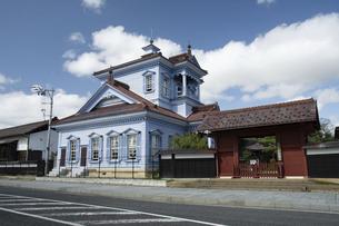 致道博物館 旧鶴岡警察署庁舎と赤門の写真素材 [FYI04945821]
