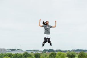 運動する女性のイメージ(上昇・勢い・飛翔)の写真素材 [FYI04945976]