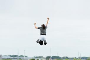 運動する女性のイメージ(上昇・勢い・飛翔)の写真素材 [FYI04945980]