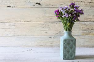 水色の花瓶とスターチスの花束の写真素材 [FYI04946452]