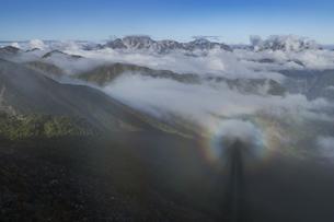 爺ガ岳中央峰からブロッケン現象と立山連峰の写真素材 [FYI04946740]