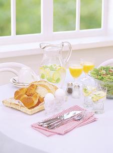 窓辺の朝食の写真素材 [FYI04946933]
