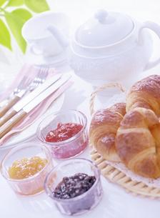 クロワッサンとジャムの朝食の写真素材 [FYI04946940]