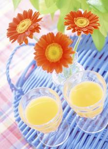 オレンジジュースとガーベラの写真素材 [FYI04946948]