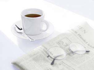 コーヒーと新聞とメガネの写真素材 [FYI04946952]