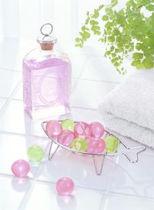 入浴剤とタオルの写真素材 [FYI04946955]