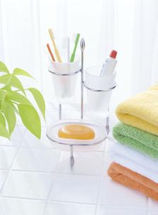 4本の歯ブラシと4色のタオルの写真素材 [FYI04946958]
