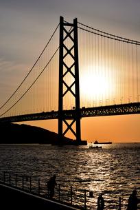 夕焼け空の明石海峡大橋の写真素材 [FYI04947148]
