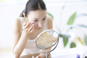 鏡を見る女性の写真素材 [FYI04947540]