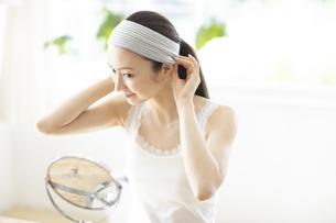 鏡を見る女性の写真素材 [FYI04947541]