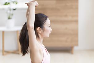 ストレッチをする女性の写真素材 [FYI04947564]