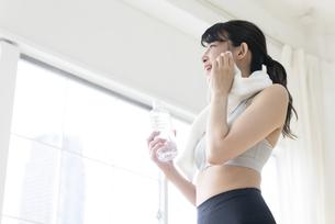 汗を拭く女性の写真素材 [FYI04947593]