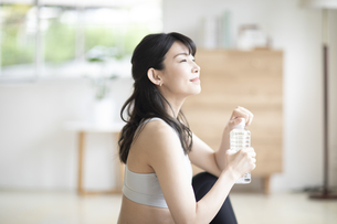 ペットボトルの水を持つ女性の写真素材 [FYI04947605]