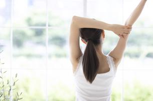 ストレッチをする女性の写真素材 [FYI04947616]