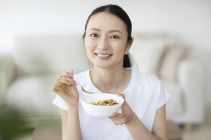 朝食を食べる女性の写真素材 [FYI04947619]