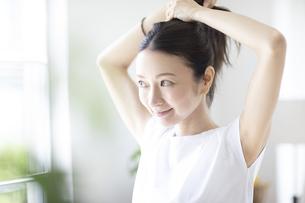 髪の毛をまとめる女性の写真素材 [FYI04947620]