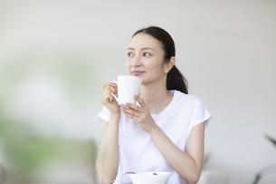 朝食を食べる女性の写真素材 [FYI04947622]