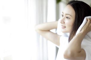 髪の毛を拭く女性の写真素材 [FYI04947625]