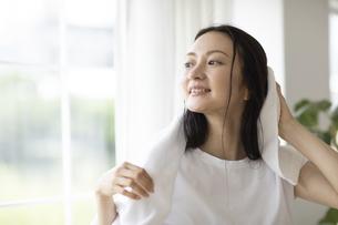 髪の毛を拭く女性の写真素材 [FYI04947626]