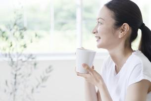 朝食を食べる女性の写真素材 [FYI04947629]