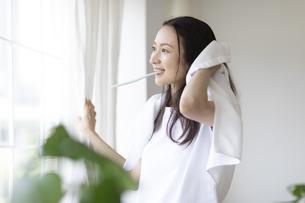 ストレッチをする女性の写真素材 [FYI04947631]