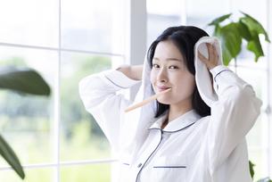 歯を磨く女性の写真素材 [FYI04947632]