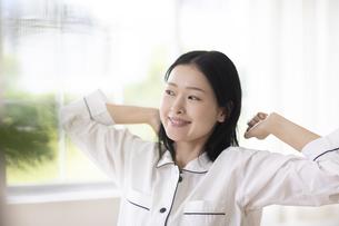 伸びをする女性の写真素材 [FYI04947634]