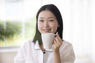 マグカップを持つ女性の写真素材 [FYI04947636]