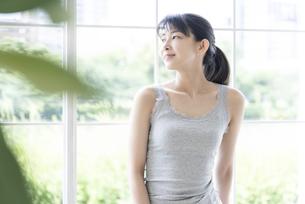 窓辺に立つ女性の写真素材 [FYI04947648]