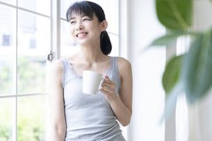 マグカップを持った女性の写真素材 [FYI04947649]