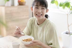 朝食を食べる女性の写真素材 [FYI04947651]