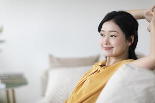 ソファでくつろぐ女性の写真素材 [FYI04947659]