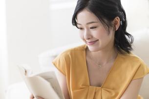 読書する女性の写真素材 [FYI04947664]
