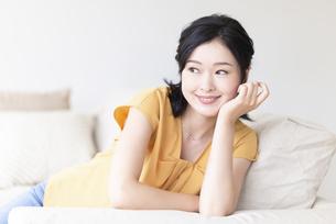 ソファでくつろぐ女性の写真素材 [FYI04947667]