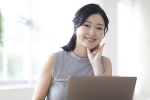 パソコンを見る女性の写真素材 [FYI04947669]