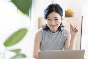 パソコンを見る女性の写真素材 [FYI04947675]