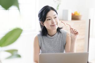 パソコンを見る女性の写真素材 [FYI04947676]
