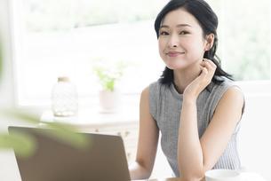 パソコンを見る女性の写真素材 [FYI04947679]