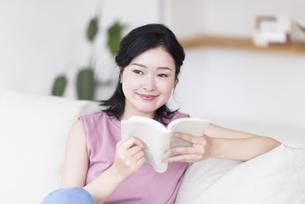 読書する女性の写真素材 [FYI04947706]
