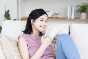 読書する女性の写真素材 [FYI04947707]