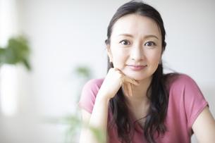 頬杖をつく女性の写真素材 [FYI04947710]