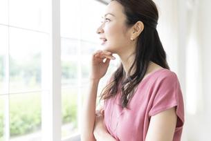 窓の外を見る女性の写真素材 [FYI04947717]